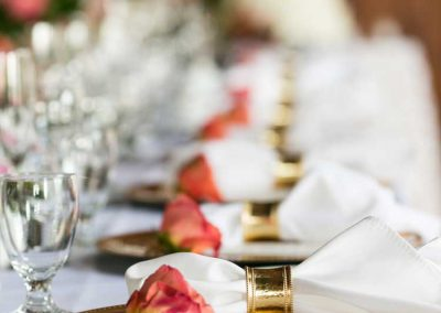 Gold charger and napkin ring with corral rose head table | Britannia Yacht Club | Union Eleven Photographers